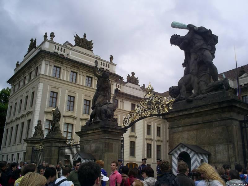 Смена караула - Президенский дворец в Праге